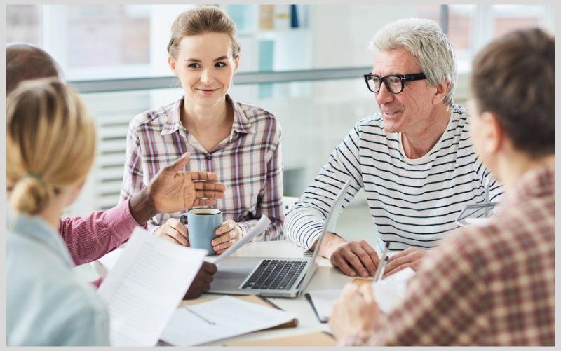 Team im schriftlichen Kundenservice in Diskussion